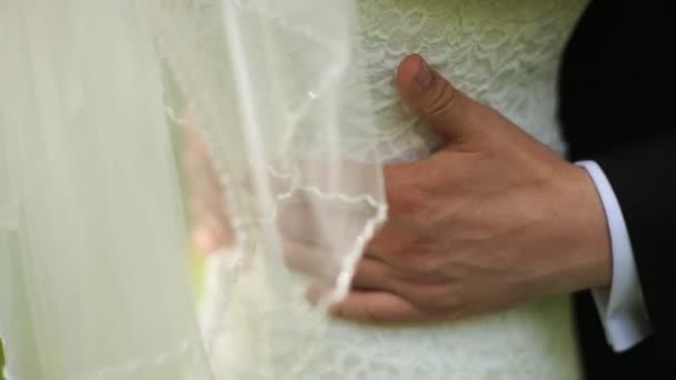 Objetí ženicha nevěsta s pasu.
