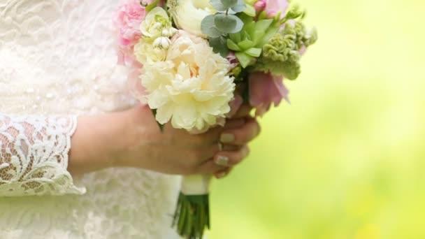 Halten Sie Ihren Hochzeitsstrauss In Zeitlupe Braut Stockvideo