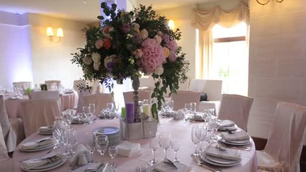 Interieur van een bruiloft zaal decoratie klaar voor gasten mooie kamer voor ceremonies en - Beige kamer en paarse ...