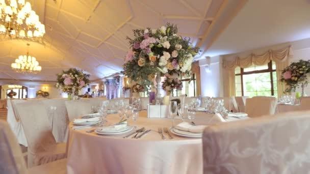 Innenraum eines Hochzeitssaals Dekoration bereit für Gäste. Schöner Raum für Zeremonien und Hochzeits.Hochzeitskonzept.Luxus stilvolle Hochzeitsempfang lila Dekorationen teure Halle