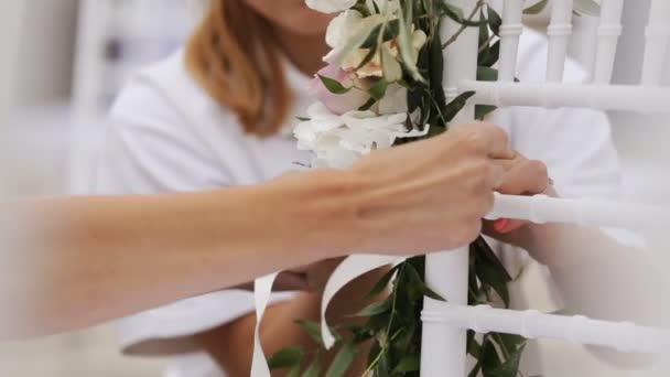 zdobené židle pro svatební obřad
