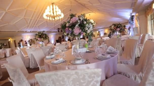 Interiér svatební dekorace sál připraven pro hosty. Krásné místo pro svatby a obřady. Svatební koncept. Luxusní stylové svatební recepce fialová dekorace drahé hala