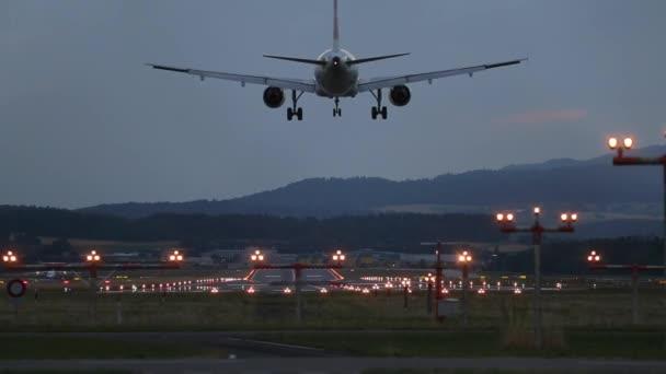 V letišti přistane letadlo velké letadlo