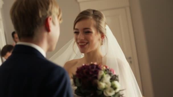 Šťastná nevěsta objímala a líbala její ženich
