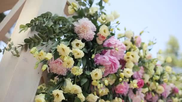 Hochzeitsbogen mit Blumen geschmückt