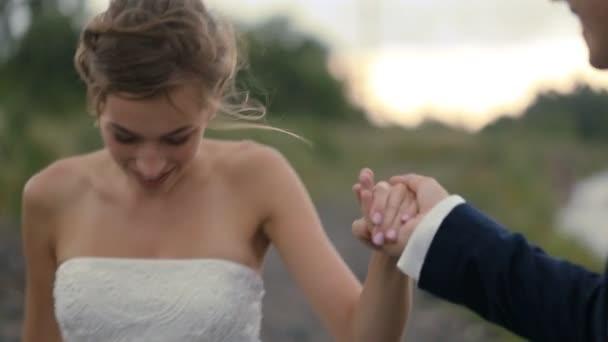 Sposa e sposo che tengono le mani e piedi
