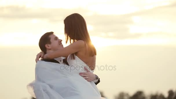 glückliches frisch verheiratetes Paar am Weizenfeld