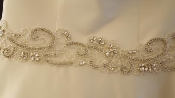 Gyönyörű esküvői ruha a menyasszony