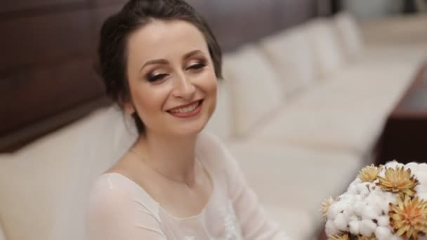 Svatební bouqet na rukou nevěsty