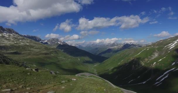 702ab93ed53 Vista aérea deslumbrantes montanhas dos Alpes suíços de cima– gráficos de  vetor