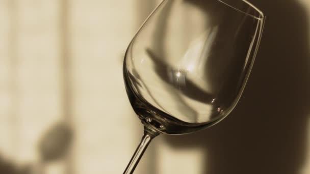 Zpomalený pohyb skla se pomalu naplněné červeným vínem