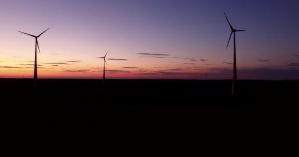 Luftaufnahme des riesigen Stromerzeugung Windkraftanlagen bei Sonnenuntergang