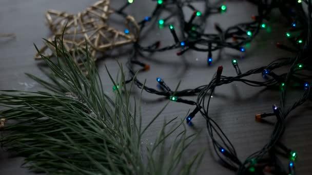 Vánoční dekorace s jedle, hračky, hvězdy a věnečky na hnědé dřevo stůl. Vánoční dekorace. Pohled shora