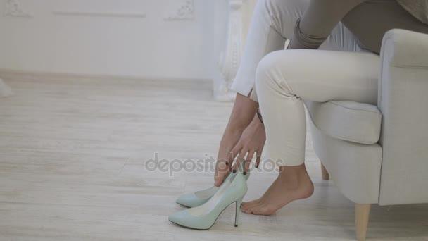 Сексуально видео на больших каблуках