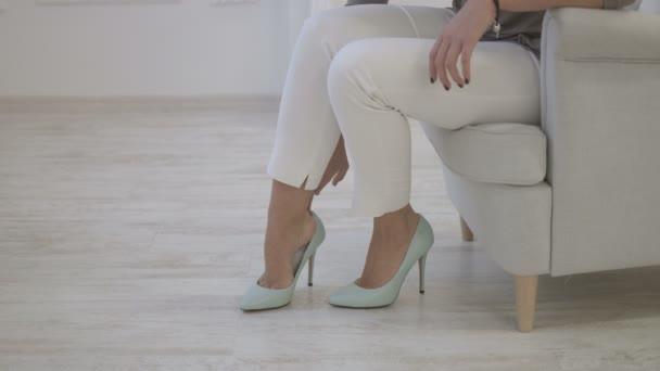 Видео сексуальные ножки женщин