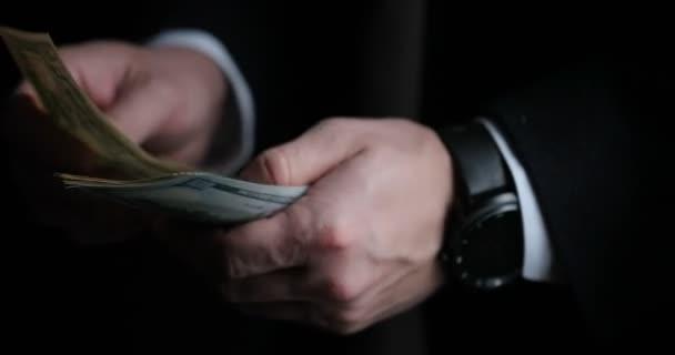 Detail mužského podnikatel nebo bankéř počítání amerických bankovek. Koncept úspory, finance a ekonomika