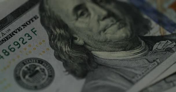 Zblízka se peněz, izolát dolarů na bílém pozadí. Pohled na nás dolarové bankovky. směnný kurz měny. Pozadí s peníze americký dolar baht bankovek