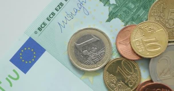 Makro snímek Euro peněz, mincí a bankovek. Měně euro. Mince naskládané na sobě v různých polohách. Peníze koncept