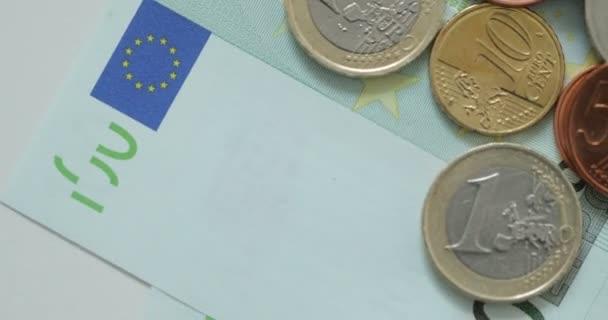 Makro snímek Euro peněz, mincí a bankovek. Měně euro. Mince naskládané na sobě v různých polohách. Koncept peníze. Rotace