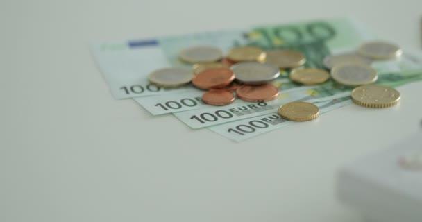 Euro peníze rotace, mince a bankovky. Měně euro. Mince naskládané na sobě v různých polohách. Peníze koncept.