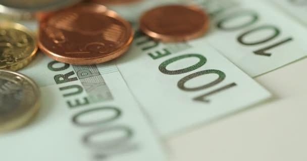 Evropské unie bankovky a mince na bílém pozadí. Měně euro. Papírové eurobankovky a euromince. 100 euro. Euro bankovky. Účty EU