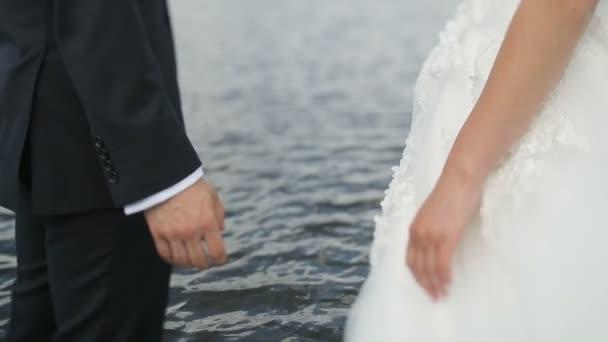 Coppia di sposi matrimonio che tengono le mani sul fondo del mare. Lo sposo porta la sposa per mano