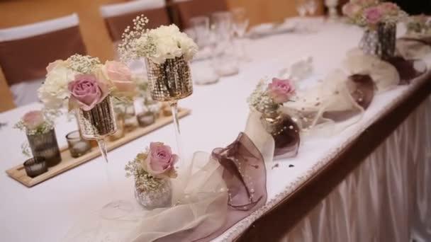 Nádherné svatební stůl. Tabulka podává pro svatební hostinu v restoran, detailní zobrazení. Židle a stůl pro hosty, s flowes