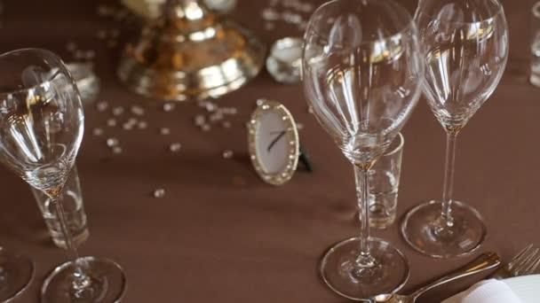 Nádherné svatební stůl. Tabulka podává pro svatební hostinu v restoran, pohled na plochu.