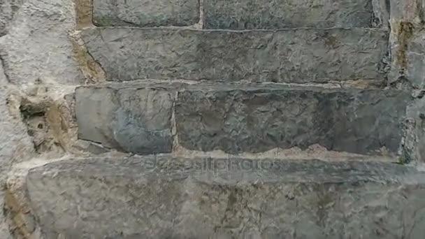 Pomalé vzestupně po schodech středověký most Castro Urdiales 09