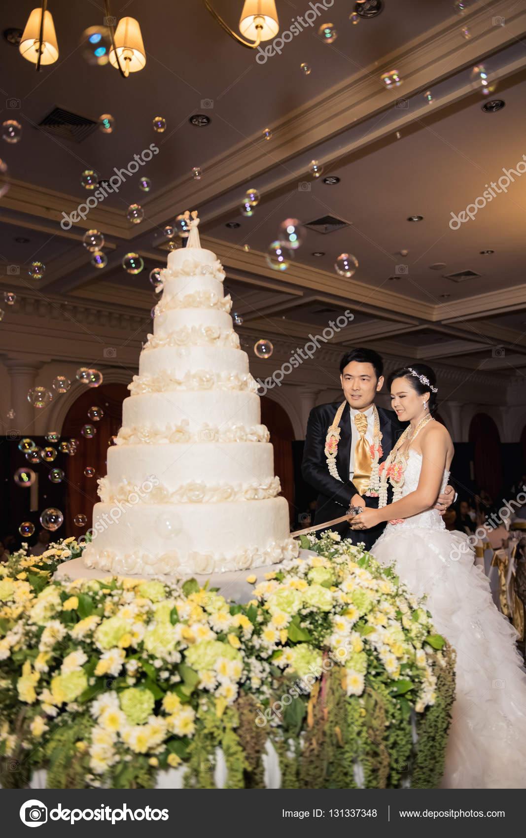 Auguri Matrimonio Per Lo Sposo : Sposa e lo sposo sono taglio torta per la celebrazione il