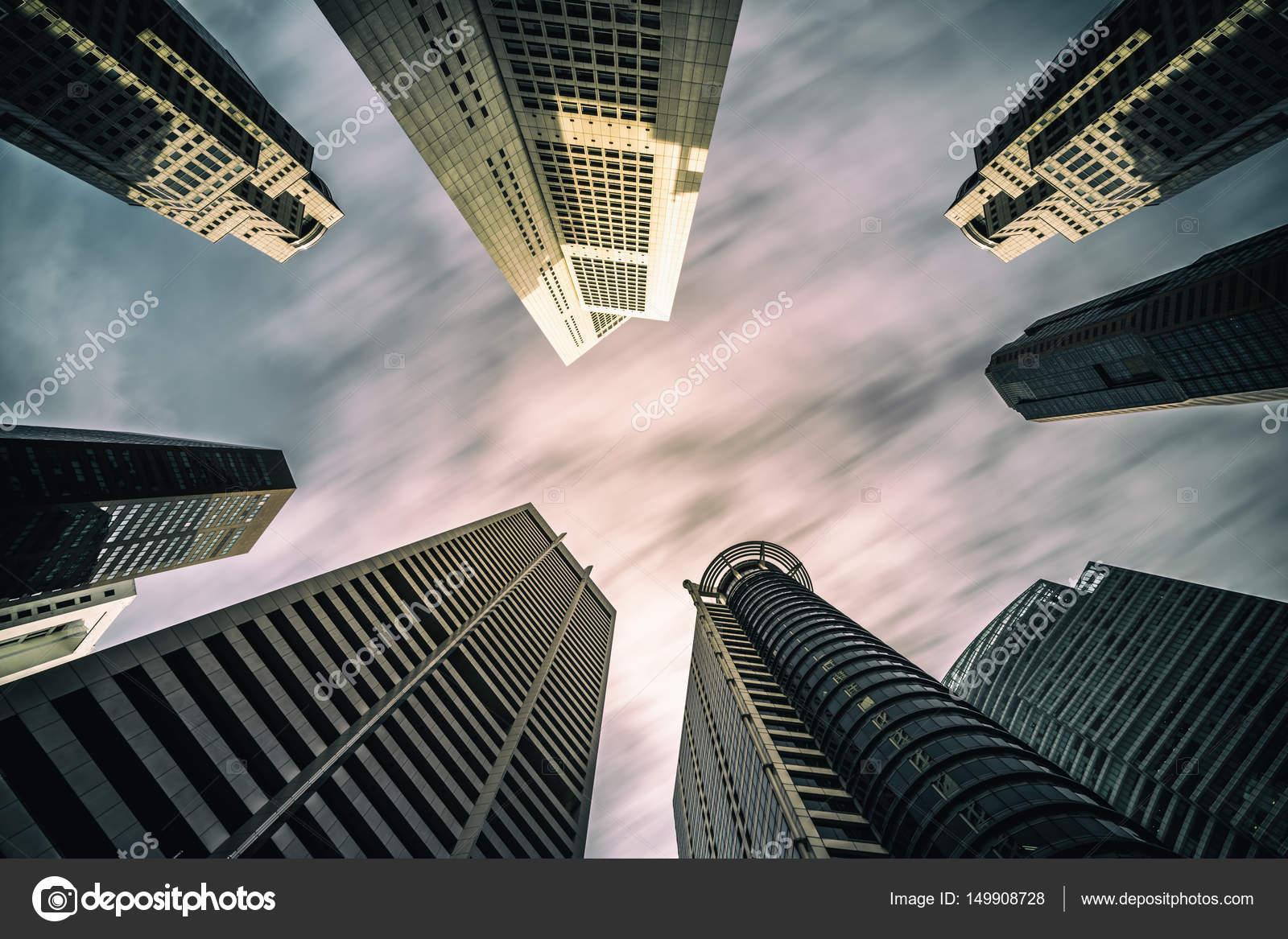 Horizonte de edificios de negocios mirando hacia arriba con el cielo ...
