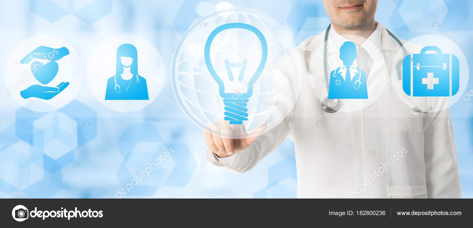 Medizinische Innovation-Konzept - Arzt mit Lampe-Symbol — Stockfoto ...