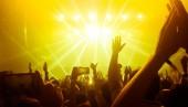 Šťastní lidé tanec v nočním klubu strany koncert