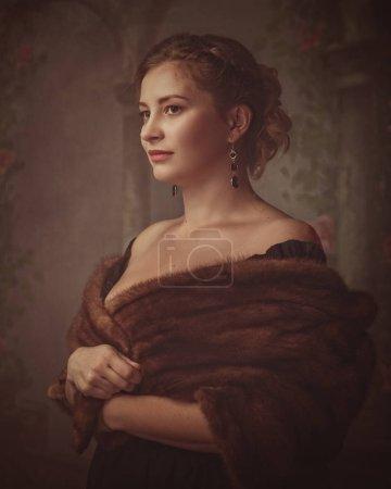 Photo pour Médiévale portrait femme mystérieuse sur fond flou colonnes - image libre de droit