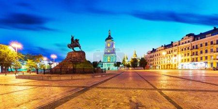 Photo pour Soirée des paysages été de Sofia place monument statue de Bohdan Khmelnytsky et ancienne église cathédrale orthodoxe de Sofia dans la vieille ville de Kiev, Ukraine - image libre de droit