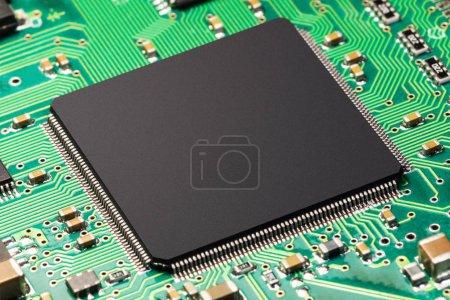 Photo pour Technologie électronique abstraite créative et concept commercial du matériel informatique PC : vue macro du processeur ou de la puce sur circuit imprimé vert PCB - image libre de droit