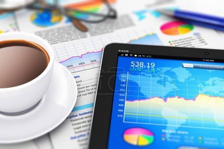 Photo pour Bureau mobile abstrait créatif, trading boursier, comptabilité statistique, développement financier et concept d'entreprise bancaire : illustration en 3D d'un ordinateur tablette moderne avec logiciel d'application boursière, graphique à barres de croissance - image libre de droit
