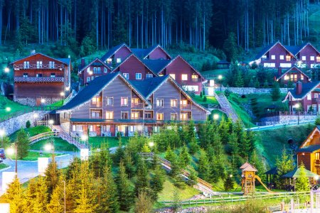 Photo pour Vue panoramique d'été de la station de ski de montagne d'hiver avec des chalets maison avec forêt et piste de ski à Bukovel, Ukraine - image libre de droit