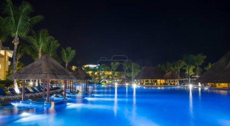 Photo pour Plage tropicale avec mer propre et ciel bleu aux Maldives - image libre de droit