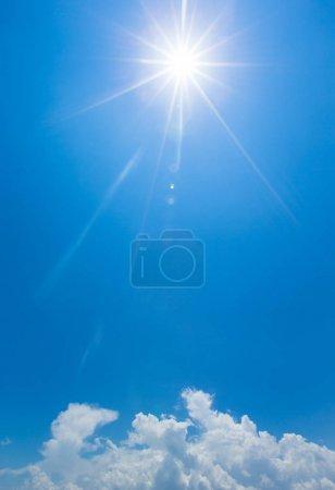 fond bleu ciel avec de minuscules nuages