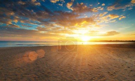 Photo pour Coloré coucher de soleil sur l'océan sur l'île tropicale - image libre de droit