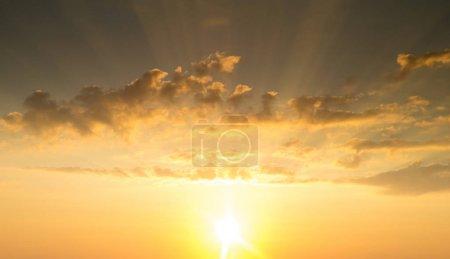 Bleu et orange ciel coucher de soleil avec les rayons du soleil. Paysage naturel pour le fond