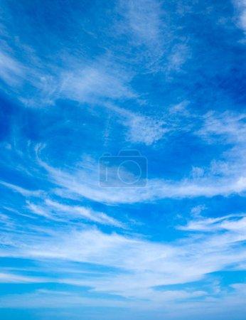 Photo pour Fond de ciel bleu avec des nuages minuscules - image libre de droit
