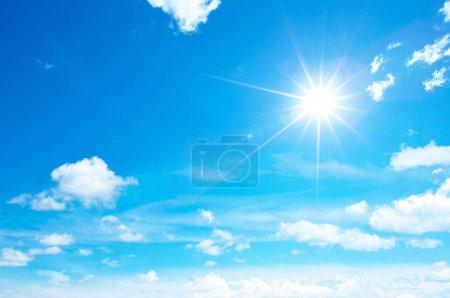 Foto de Panorama del cielo azul con nubes blancas en tiempo claro en un día soleado - Imagen libre de derechos