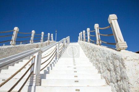 Photo pour Escaliers blancs contre ciel bleu en Turquie - image libre de droit