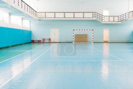 Photo pour Intérieur d'une salle de sport pour le football ou de handball - image libre de droit
