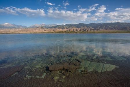 Photo pour Lac de montagne, Issyk-Kul, Kirghizistan - image libre de droit