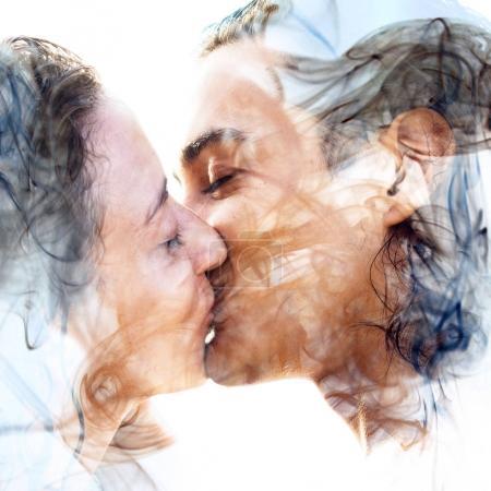 Photo pour Portrait multiexposition du couple embrassant combiné avec la texture de la fumée - image libre de droit