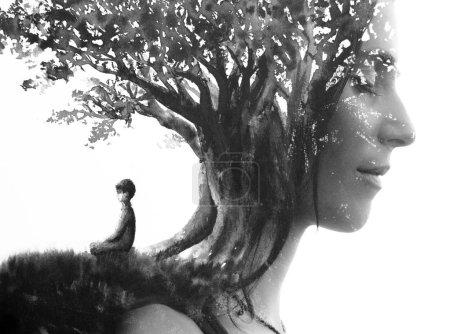 Photo pour Peinture. Portrait de profil rapproché combiné à la peinture à l'encre noire d'une personne méditant sous un grand arbre - image libre de droit