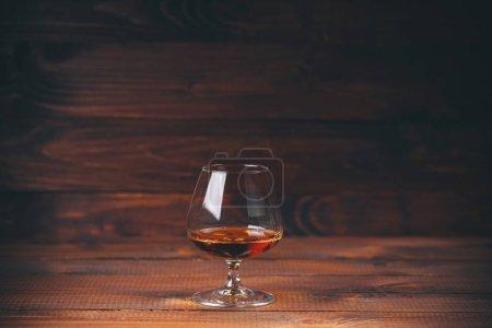 Photo pour Verre de brandy ou cognac sur table en bois . - image libre de droit